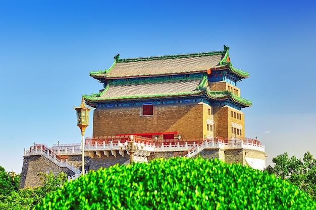 Красивые ворота чжэнъянмэнь (ворота цяньмэнь). эти знаменитые ворота расположены на юге площади тяньаньмэнь в пекине, китай.
