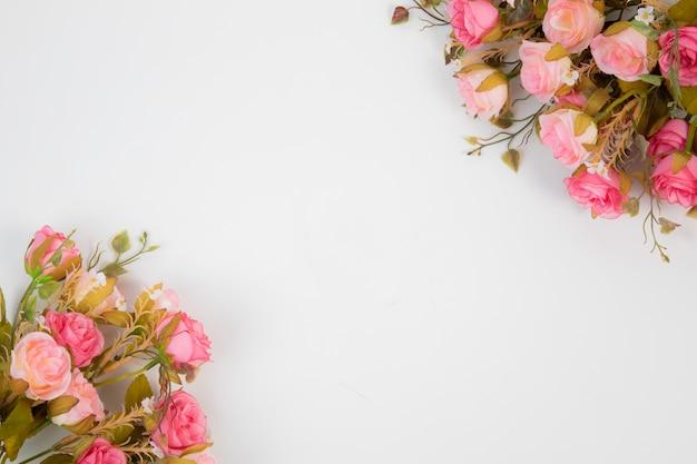 Beautifule花の装飾とトップビューの結婚式の背景の概念