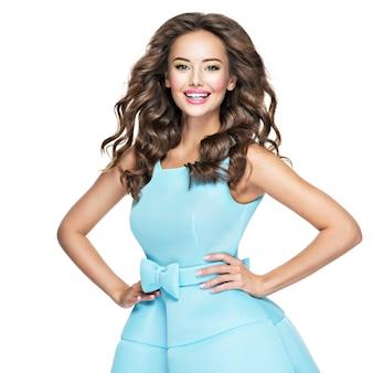 파란 드레스 긴 머리 갈색에 beautifulhappy 여자. 표현 감정을 가진 행복 한 유행 여자입니다.