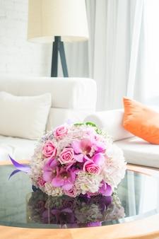 テーブルの上に美しい花束