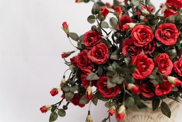 陶磁器の鍋で美しい赤いバラ