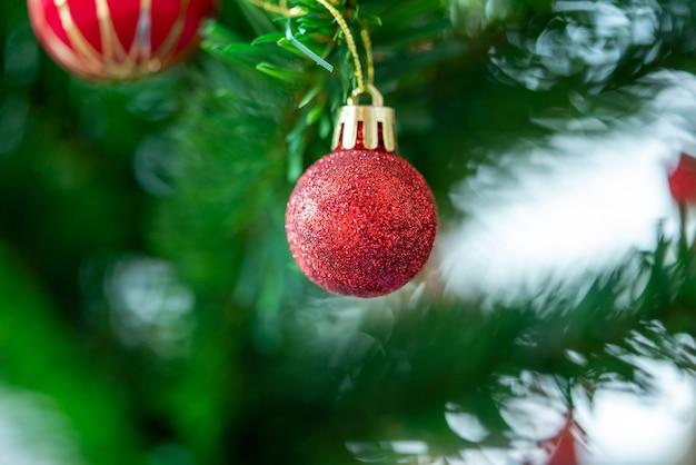 美しくクリスマスに飾られたボケ味の背景クリスマスツリーとホームインテリア