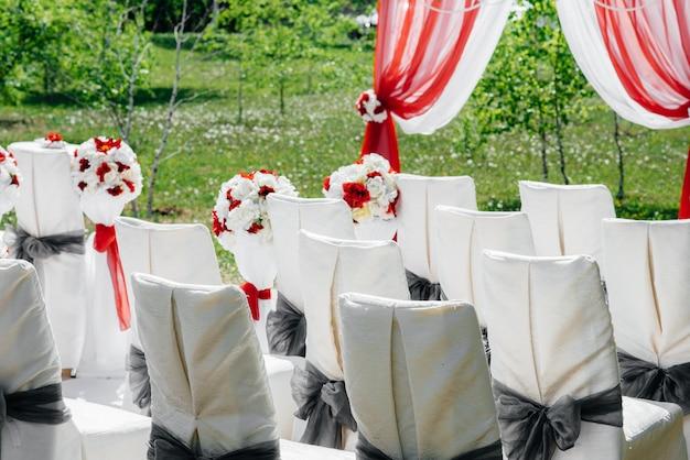 축제 연회를 위해 아름답게 꾸며진 의자. 장식, 결혼식.