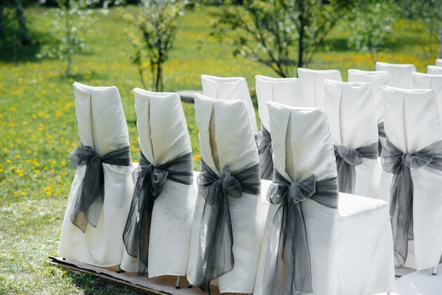 Красиво оформленные и расставленные стулья для праздничного банкета. декор, свадьба.