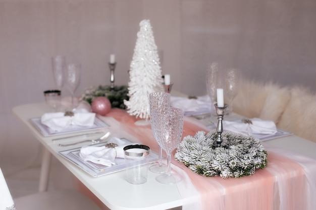 クリスマスの設定で美しく装飾され、置かれたお祝いのテーブル