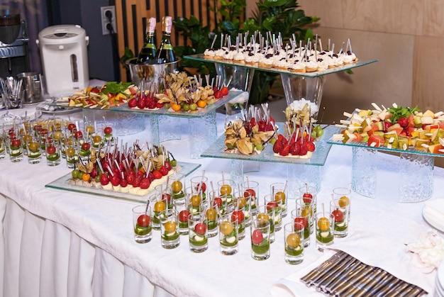 ケータリングバンケットテーブル用の美しく装飾された前菜。イベント用ケータリングビュッフェ用スナック