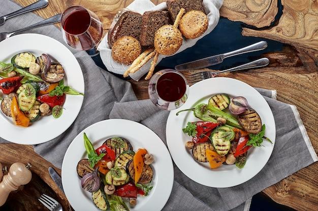 다양한 음식 스낵과 애피타이저로 아름답게 장식 된 케이터링 연회 거울 테이블
