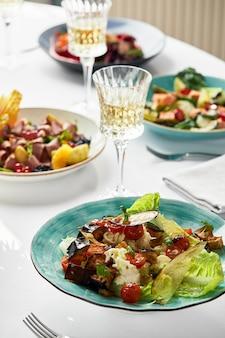 다양한 음식 스낵과 애피타이저로 아름답게 장식 된 케이터링 연회 테이블. 흰색 backgraund에 절연