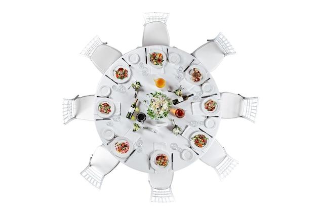 다양한 음식 스낵과 에피타이저로 아름답게 장식된 케이터링 연회 테이블. 흰색 배경에 고립