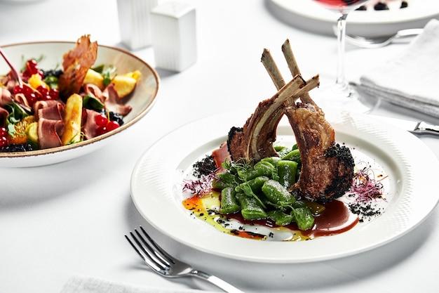 다양한 음식 스낵과 전채로 아름답게 장식된 케이터링 연회 테이블. 흰색 배경에 고립