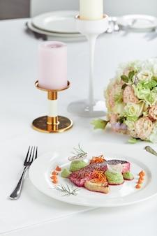 다양한 음식 스낵과 애피타이저로 아름답게 장식 된 케이터링 연회 테이블