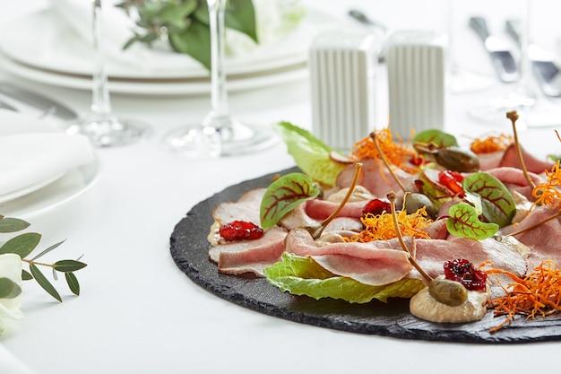 다양한 음식 스낵과 애피타이저로 아름답게 장식 된 케이터링 연회 테이블.