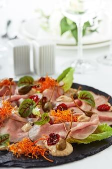 다양한 음식 스낵과 에피타이저로 아름답게 장식된 케이터링 연회 테이블.