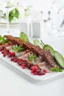 さまざまなフードスナックや前菜を備えた美しく装飾されたケータリングバンケットテーブル。