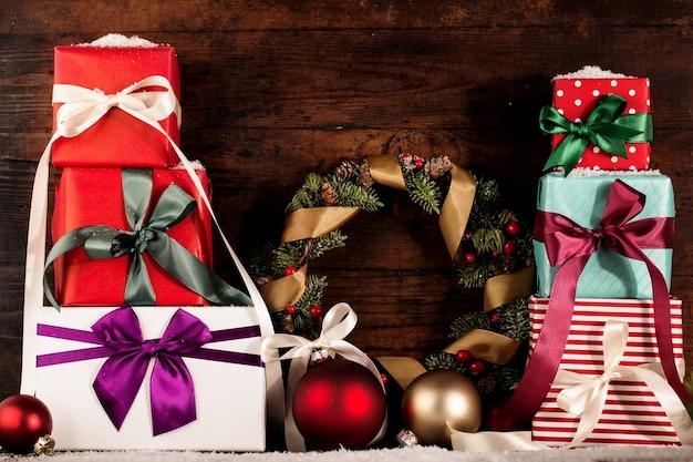 아름답게 장식 된 크리스마스 선물 배열 프리미엄 사진