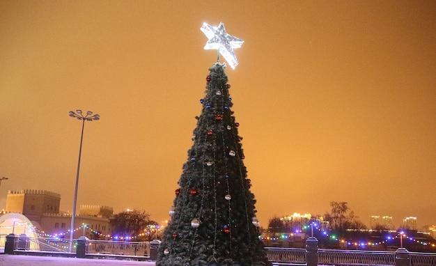 町の広場で美しく装飾されたクリスマスツリー