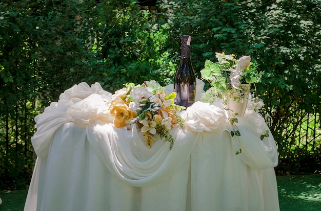 夏の美しく装飾された屋外の宴会テーブル