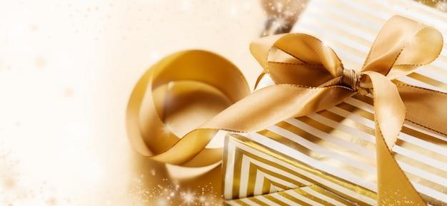 Прекрасно украшенный подарок на новый год