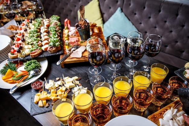 Красиво оформленные закуски на банкетном столе перед праздником. организация мероприятий