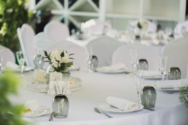 Красиво оформленные столы для гостей с украшениями