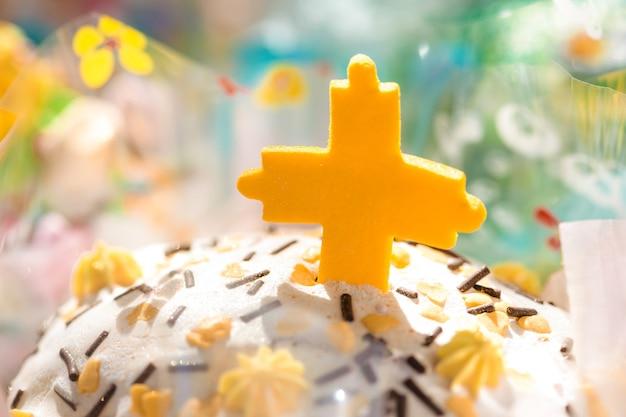イースターのお祝いの前夜に美しく装飾された伝統的なイースターケーキ。クローズアップ写真。