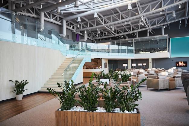 Красиво оформленная лаунж-зона в современном международном аэропорту
