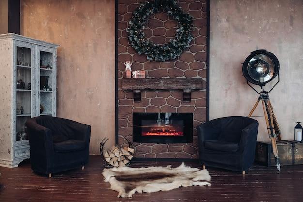 Красиво оформленный номер с камином и двумя креслами