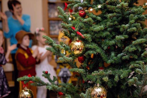 예쁘게 차려입은 크리스마스 트리. 휴일, 소나무에 장식입니다. 선택적 초점입니다.