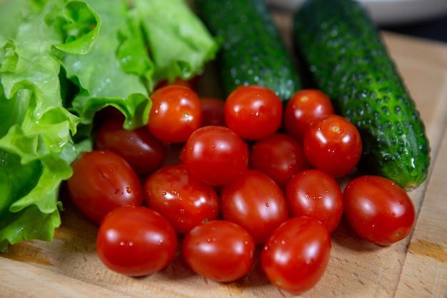 明るく美味しい野菜をまな板の上に美しくレイアウト