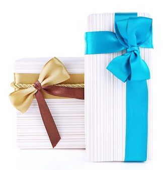 Красиво упакованные подарки, изолированные на белом фоне