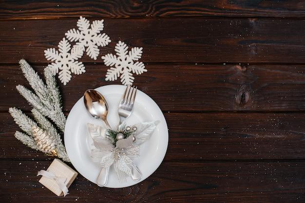 Красиво сервированные рождественские столовые приборы