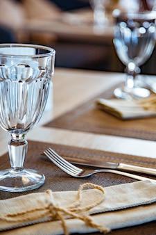 レストランで美しく提供されたテーブル。セレクティブフォーカス