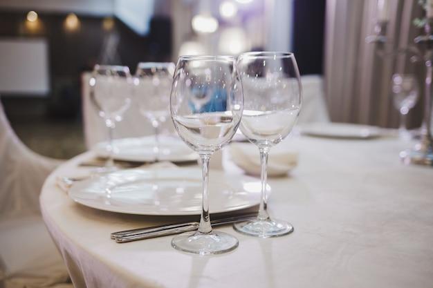 レストランで美しく提供されるテーブル。ワイングラス