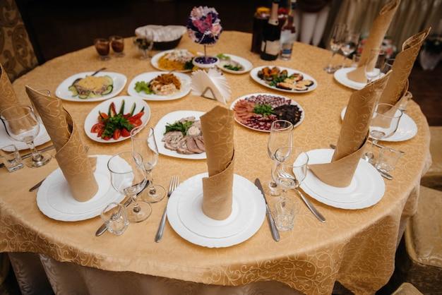 宴会場の美しくセットされたテーブル。