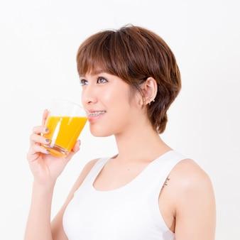 건강 식품 beautifulyoung 아시아 여자입니다. 흰 배경에 고립.