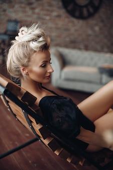 La bella signora caucasica è andata a casa e si è seduta sulla poltrona nel soggiorno