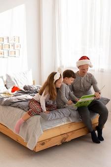 クリスマスのコンセプトを持つbeautiul家族