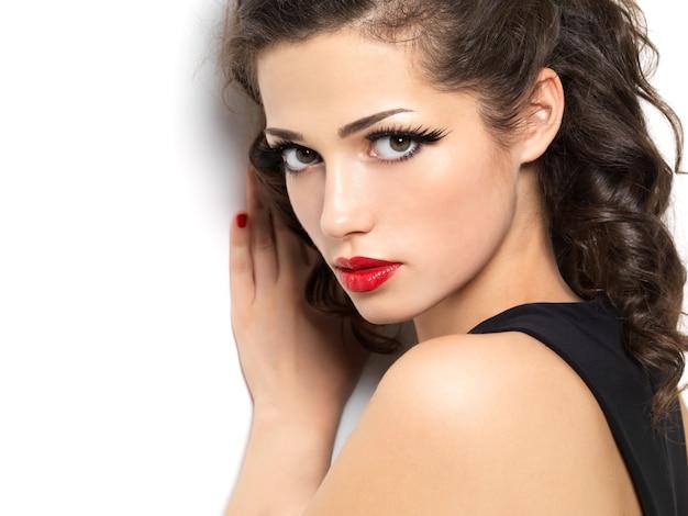 Девушка моды beautiul с красными чувственными губами, изолированными на белом