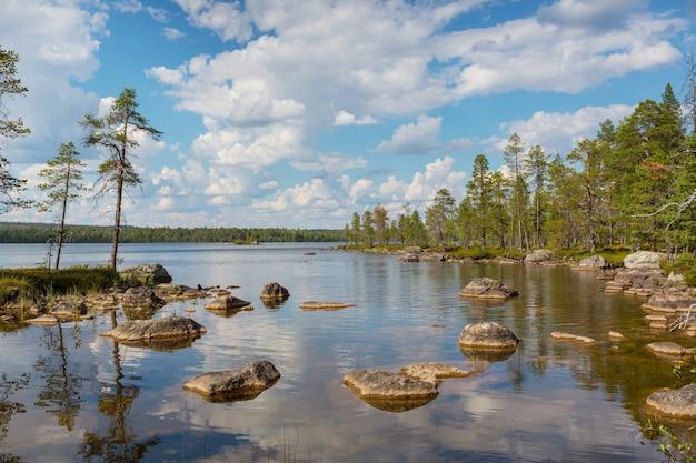 美しい静けさの朝のシーン。フィンランドの湖。
