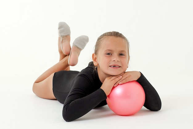 美容アクロバットは、白いスペースで隔離された体操ヨガを練習します