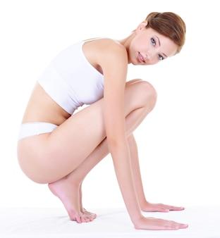 Красота взрослая женщина с идеальным здоровым телом, изолированным на белом