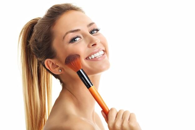 Красота взрослая женщина с кистью для макияжа, изолированной на белом