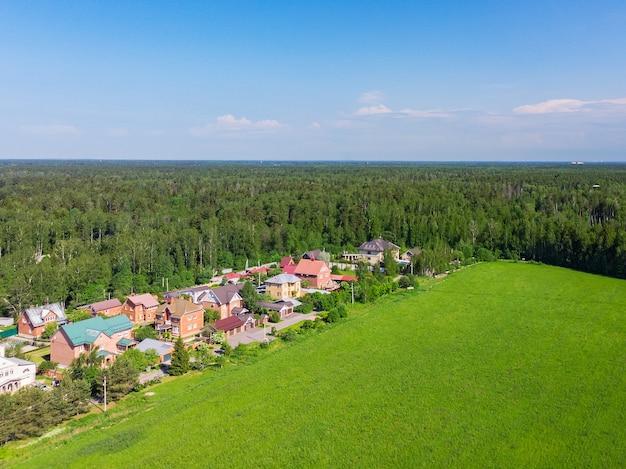 Красота воздушный вид сверху дрон загородных домов. Premium Фотографии