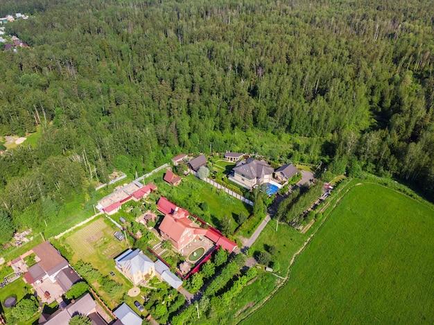 Красота с воздуха сверху беспилотный вид загородных домов.