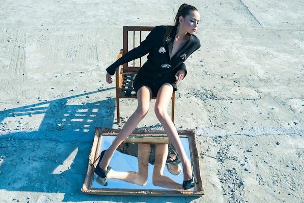 헤어 스타일 표정으로 세련된 여자 여자의 아름다움과 패션 여자 패션 모습