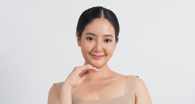 아름다움과 피부 개념 젊은 아시아 여성의 아름다움 얼굴은 스킨케어 화장품을 구성합니다