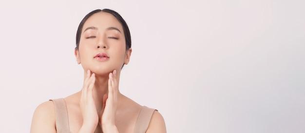 Концепция красоты и кожи молодая азиатская женщина красоты лицо составляет косметику по уходу за кожей