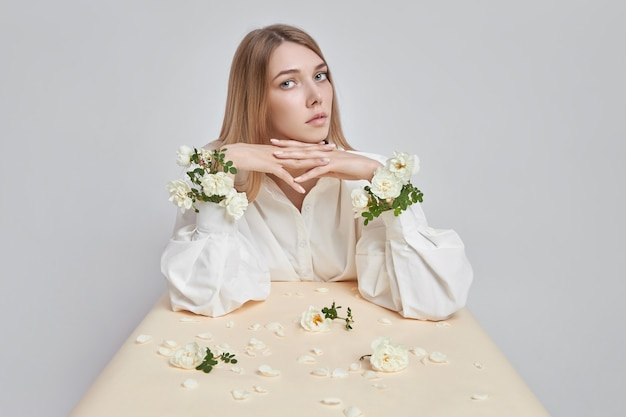 그녀의 손에 장미 꽃을 가진 여자의 아름다움 예술 초상화. 손과 얼굴을위한 천연 화장품