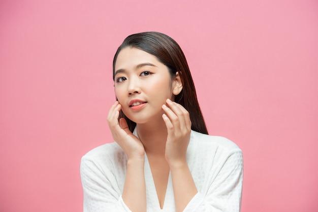 젊은 아름 다운 여자 피부 자연 메이크업의 아름다움 아시아 얼굴. 수영복 컨셉으로 얼굴 예쁜 초상화 스파와 살롱을 닫습니다