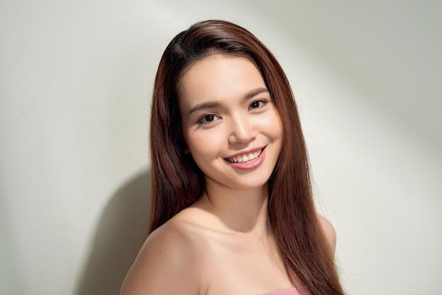 長くつややかな髪のアジアの美少女。長い髪形の美しいモデルの女性。ケアと美容